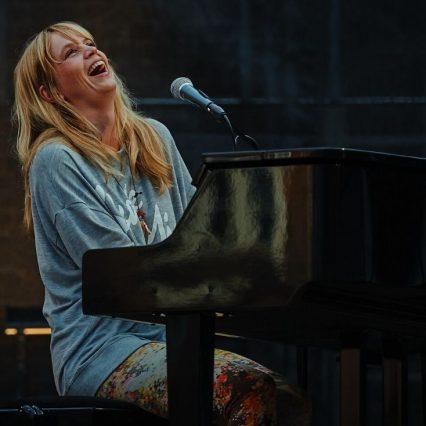 40代と聞いて驚いた女性歌手といえば?